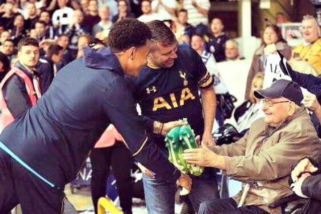 Dele Alli regala gli scarpini al signor Stanley. Tifoso 96enne, da 88 segue il Tottenham