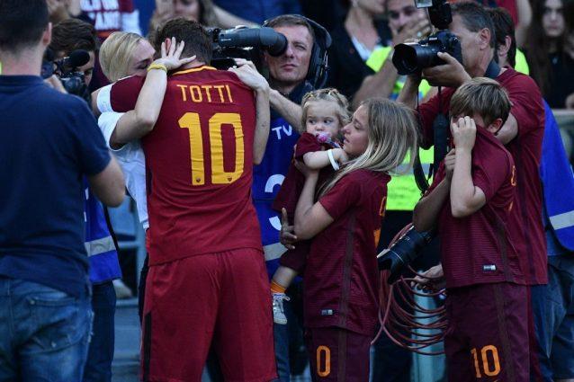 Raccoglie il pallone lanciato da Totti: