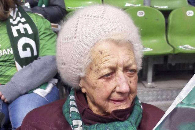 La centenaria tifosa del Werder Martha Ahlers (foto www.kreiszeitung.de)