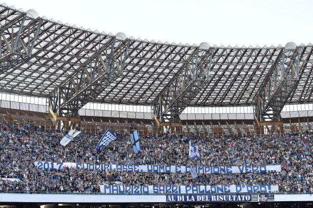 Gli striscioni dei tifosi del Napoli per Sarri