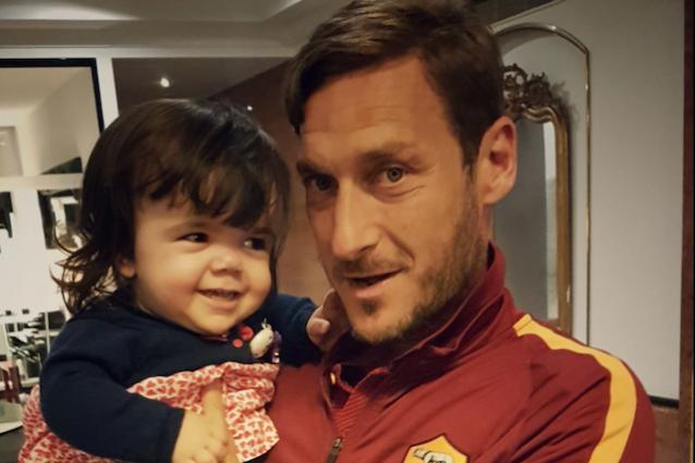 Totti in compagnia della piccola Ginevra (foto pagina Facebook: Ginevra fra i giganti)