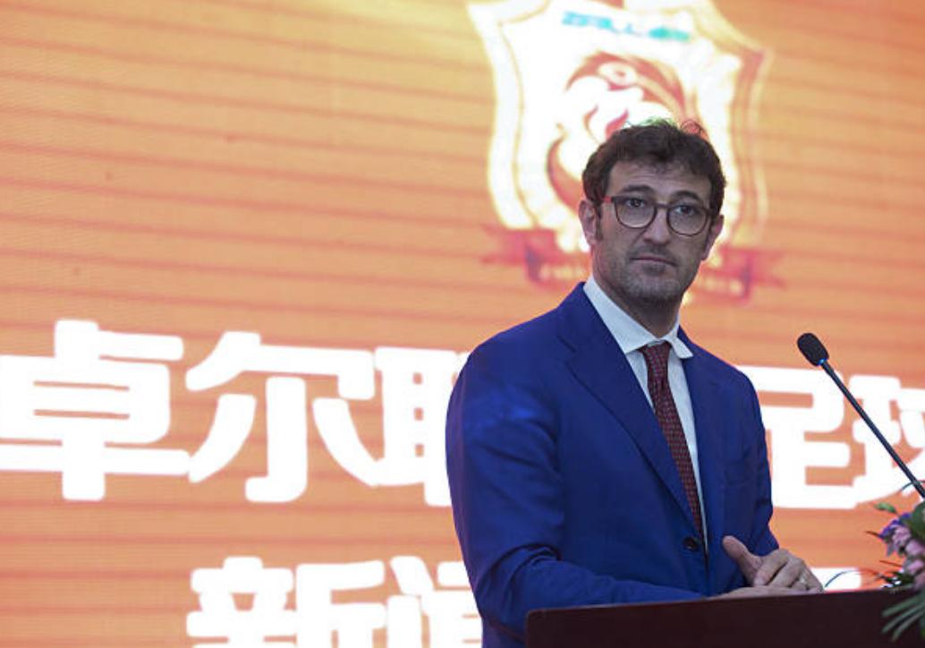 Dopo aver allenato il Wuhan Zall in Cina, Ferrara è tornato a fare il talent per Mediaset Premium.