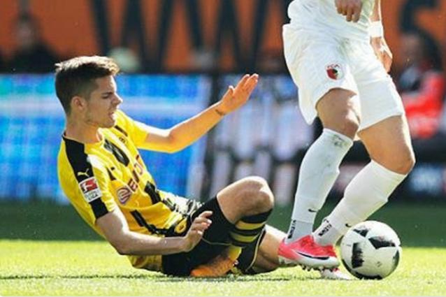 La torsione innaturale di ginocchio e caviglia per Weigl finito ko in Augsburg–Borussia Dortmund (foto Twitter)