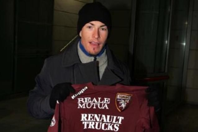 Hayden in posa con una maglietta del Torino. La foto postata sul profilo Twitter ufficiale dal club granata (@TorinoFC_1906)