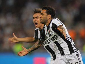 """I tifosi juventini scaricano Dani Alves: """"Vai via tu, sei finito. Non Dybala"""""""