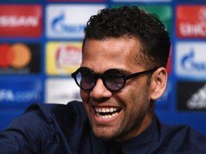 """Dani Alves, attacco a Maradona con gaffe: """"Quanti Palloni d'Oro ha vinto?"""""""