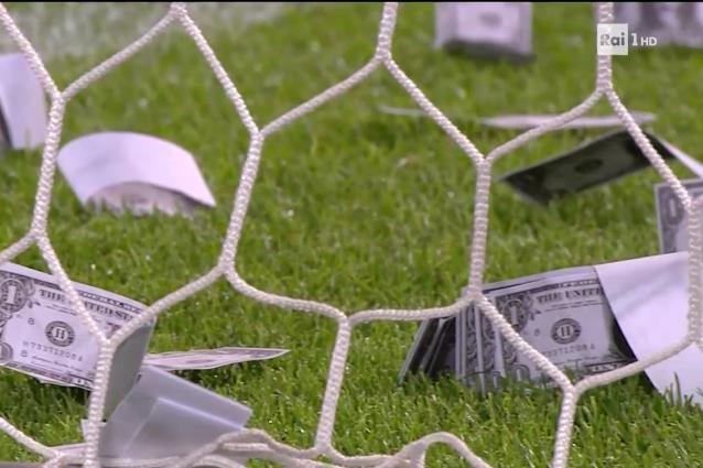 Tifosi lanciano banconote a Donnarumma