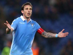 """La gaffe di Biglia: """"Lucas, quali sono le tue prime parole in rossonero?"""" """"Forza Lazio"""""""