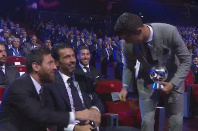 "Ronaldo: stretta di mano a Messi, battuta a Buffon e premio come ""best player"""