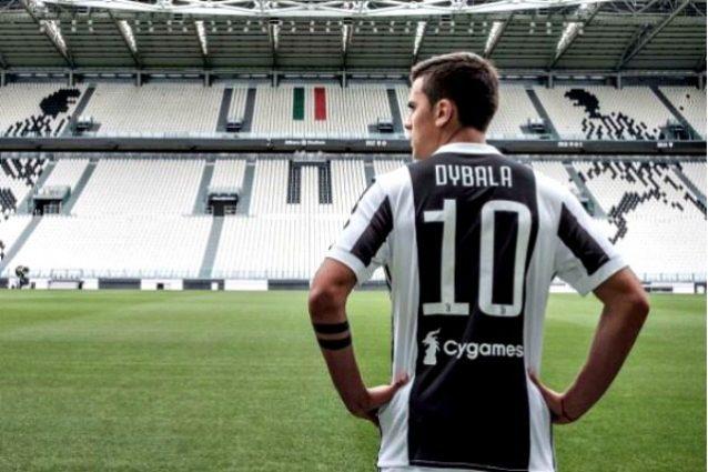 Dybala posa con la maglia numero dieci della Juventus