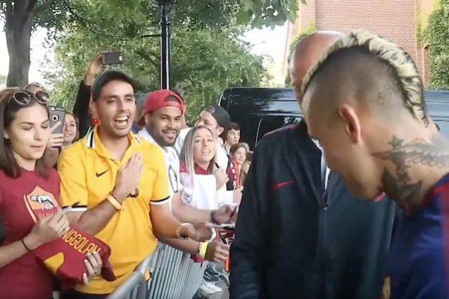 Roma, Nainggolan si rifiuta di autografare una maglia della Juventus