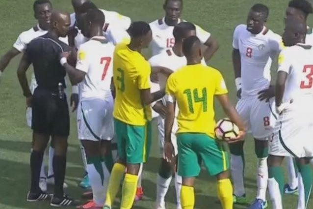 FIFA, radiato l'arbitro di Sudafrica-Senegal: il match verrà ripetuto