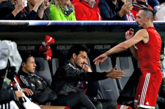 """Furia Ribery, lancia la maglia contro la panchina. Il Bayern: """"Intollerabile"""""""