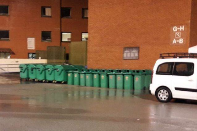 Bruxelles, bidoni della spazzatura sotto la lapide dell'Heysel