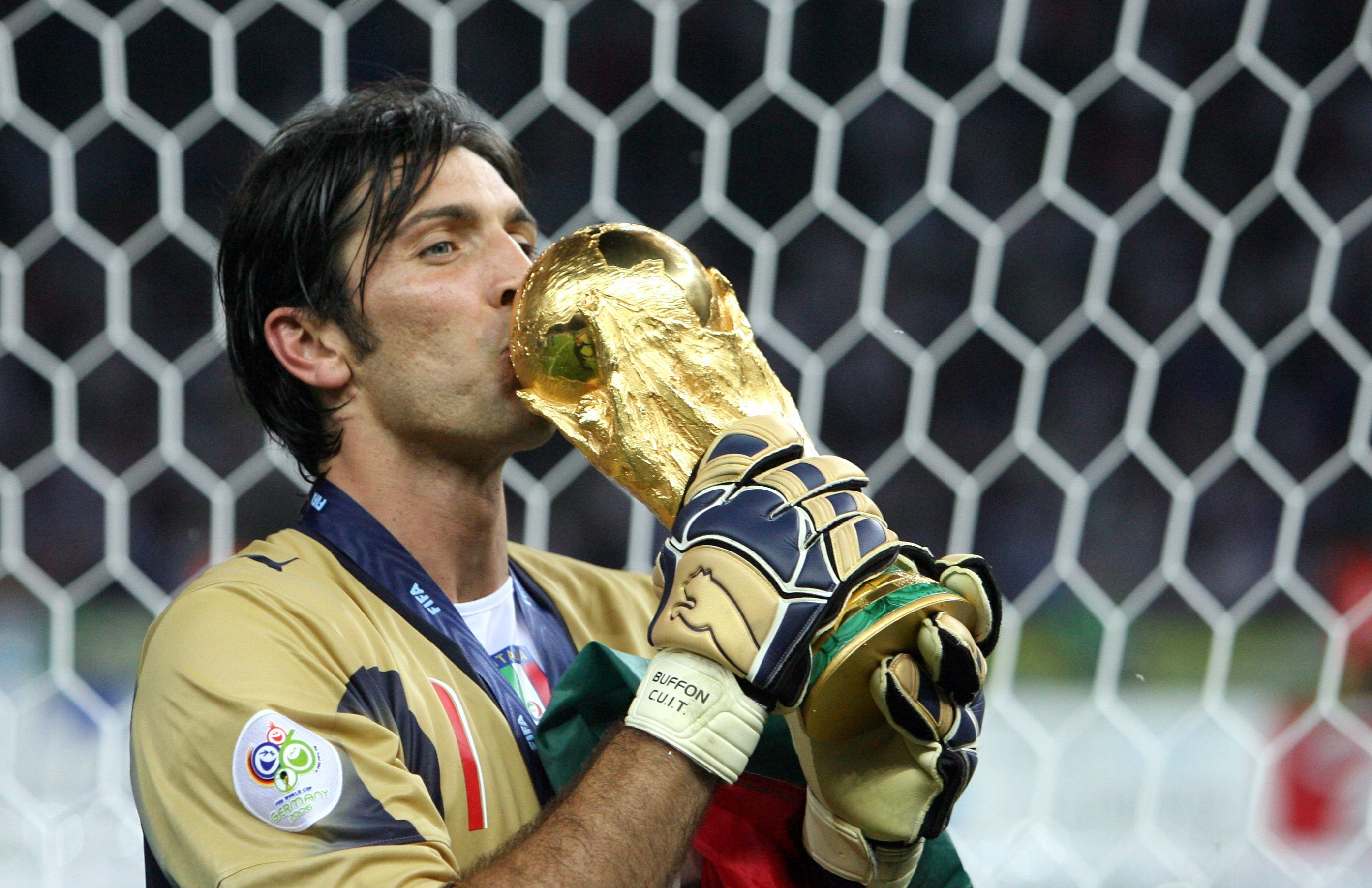 Buffon festeggia il Mondiale vinto con l'Italia nel 2006.