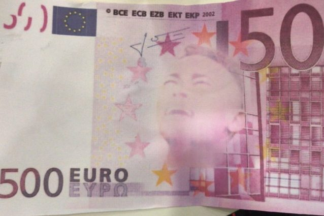 Bayern, i tifosi sfottono Neymar: banconote da 500 euro con il volto del brasiliano