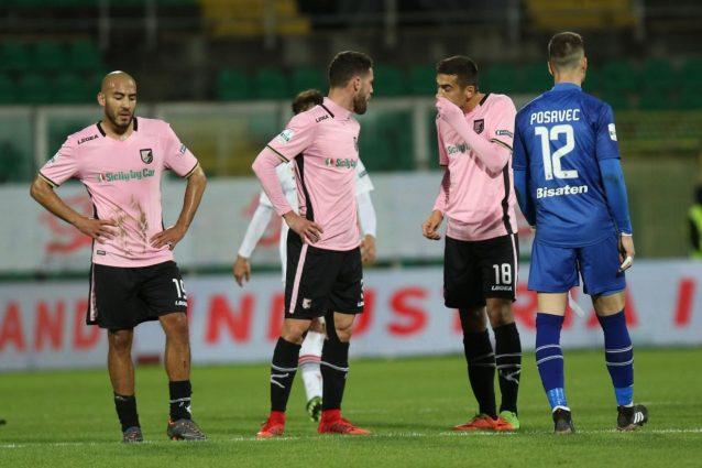 Palermo, multa di 10mila euro: lanciato un cono gelato all'arbitro