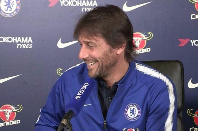 Chelsea, Conte riceve una telefonata durante la conferenza: