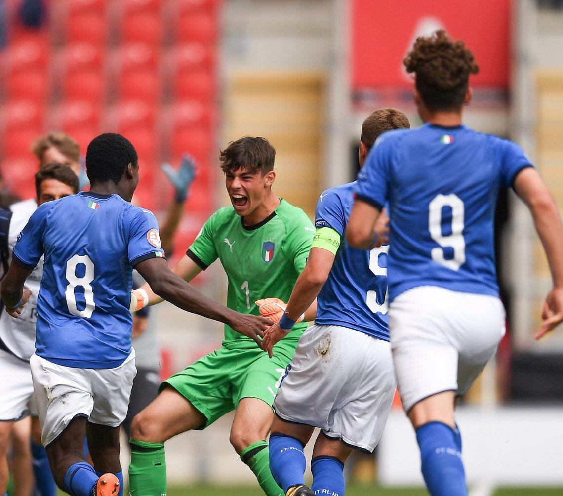 La gioia dell'Under 17, che si qualifica per la finale dell'Europeo.