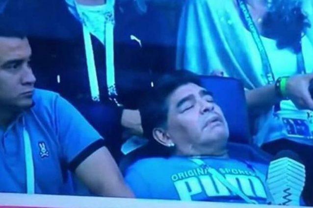 Urla, diti medi e gioia: le reazioni di Maradona contro la Nigeria