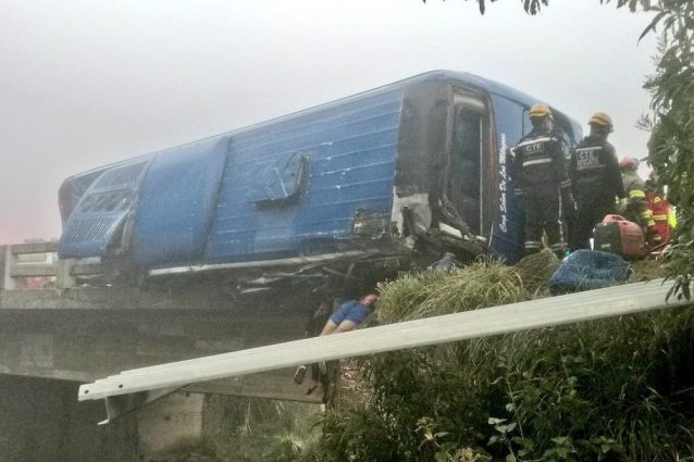 Il luogo dell'incidente mortale (nella foto di @WRadioec il bus dei tifosi)