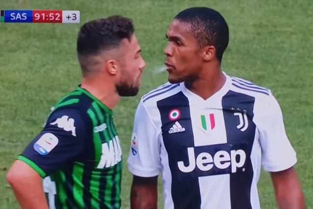 Douglas Costa, il video dello sputo in Juventus-Sassuolo: ecco cosa rischia