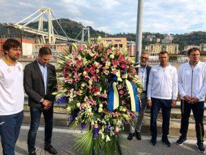 Ucraina, Shevchenko e la squadra portano fiori alle vittime del ponte Morandi