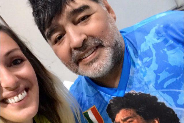 Maradona guarda Napoli Barcellona con una maglia degli azzur